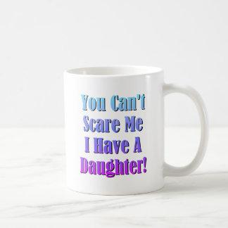 ¡Usted no puede asustarme, yo tiene una hija! Taza Básica Blanca