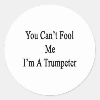 Usted no puede engañarme que soy un trompetista pegatina redonda