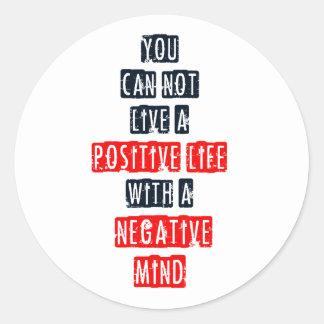 Usted no puede vivir una vida positiva con mente n pegatinas redondas