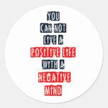 Usted no puede vivir una vida positiva con mente pegatinas redondas