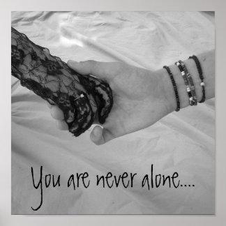 Usted nunca es solo. Poster de dos manos que se so