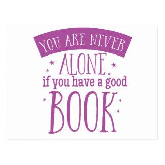 usted nunca es solo si usted tiene un buen libro tarjeta postal