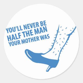 Usted nunca será mitad del hombre que era su madre pegatina redonda