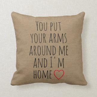 Usted pone sus brazos alrededor de mí y soy cojín decorativo