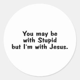 Usted puede estar con estúpido pero Im con Jesús Pegatina Redonda