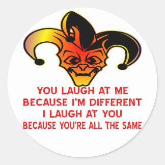 Usted se ríe de mí porque soy diferente yo me río pegatina redonda