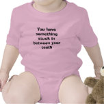 Usted tiene algo pegado entre sus dientes traje de bebé
