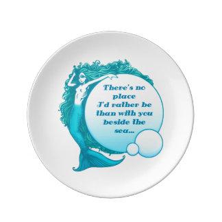 Usted y yo al lado de la placa de la porcelana del platos de cerámica
