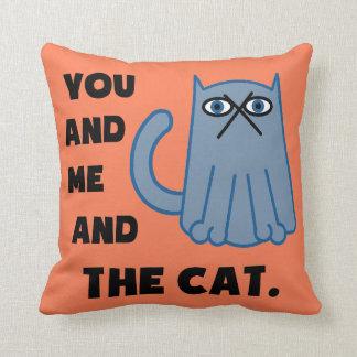 Usted y yo y el gato cojin