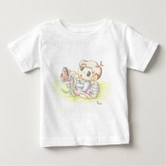 Utie y la camiseta de la mariposa playera
