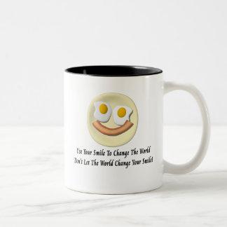 Utilice su sonrisa para cambiar el mundo taza de dos tonos