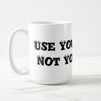 Utilice sus palabras, no sus puños - matón anti taza básica blanca
