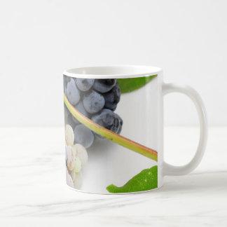 Uva y hojas salvajes taza de café