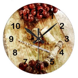Uvas, corchos de la botella de vino y sacacorchos reloj redondo grande