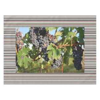 Uvas de vino en vid mantel