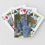 Uvas de vino rojo en la vid cartas de juego