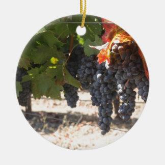 Uvas del país vinícola adorno navideño redondo de cerámica