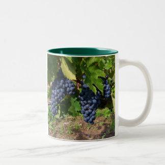 Uvas en el magnesio de la vid taza de café