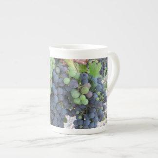 Uvas en la vid, viñedo de la colina de Aron Taza De Porcelana