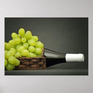 uvas en una cesta y una botella de vino impresiones