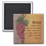 Uvas rojas del amante del vino en la vid con cita imán cuadrado