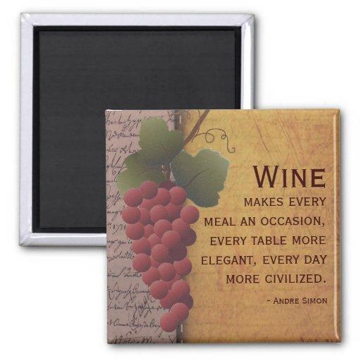 Uvas rojas del amante del vino en la vid con cita imanes