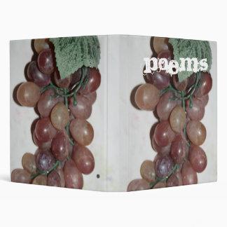 Uvas rojas, plástico, en fondo pálido
