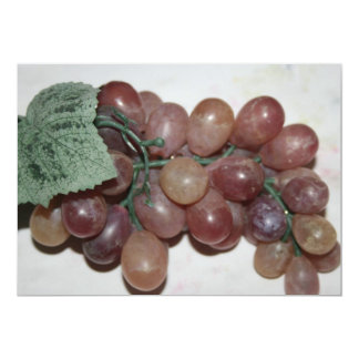 Uvas rojas, plástico, en fondo pálido invitación 12,7 x 17,8 cm