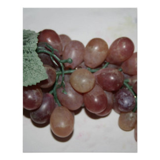 Uvas rojas, plástico, en fondo pálido poster