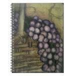 Uvas y cesta a granel de los productos libro de apuntes con espiral