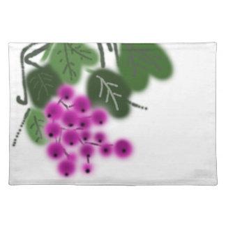 uvas y hojas púrpuras del verde mantel