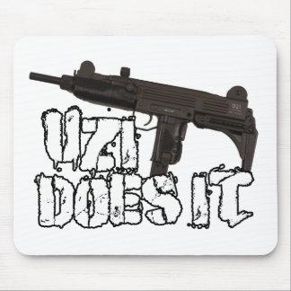 Uzi dispara contra la camiseta de la camisa el | U Tapete De Ratón