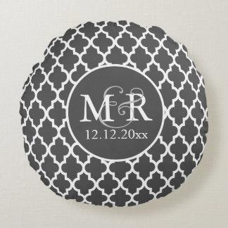 V2 gris y blanco del boda con monograma de cojín redondo