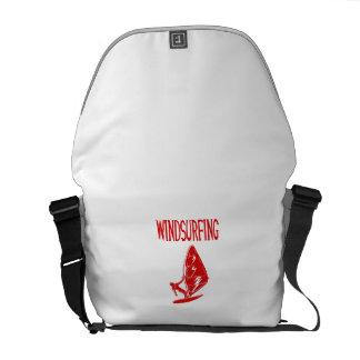 v4 texto rojo windsurfing sport.png bolsa messenger