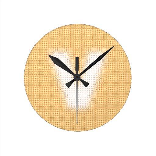 V monograma reloj