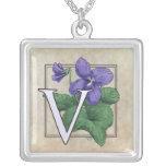 V para el monograma de la flor de las violetas joyería