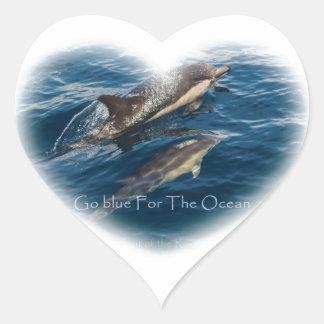 Va el azul para el delfín de la madre y del niño pegatina en forma de corazón