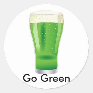 Va el día de la cerveza de St Patrick verde del Pegatina Redonda