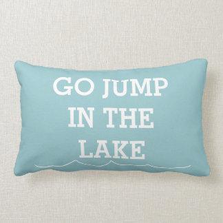 Va el salto en el lago cojín