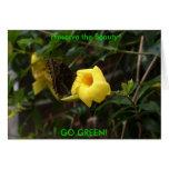 ¡VA EL VERDE! Mariposa en la flor amarilla Felicitación