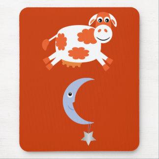 Vaca anaranjada linda que salta sobre la luna tapetes de ratón