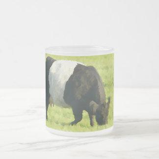Vaca ceñida mirada pintada de Galloway en campo Taza Cristal Mate