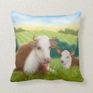 Vaca de Hereford con la almohada del becerro