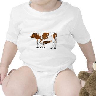 Vaca de la madre con el becerro traje de bebé