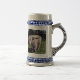 Vaca de la montaña en el movimiento en dartmoor taza de café