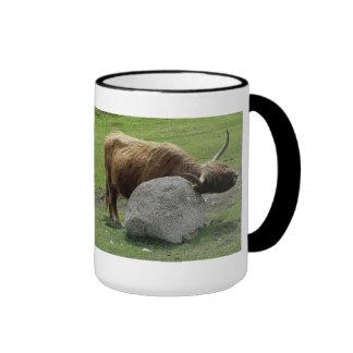 Vaca de la montaña que rasguña en roca en dartmoor taza de café