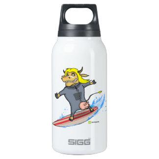 Vaca de la persona que practica surf botella isotérmica de agua