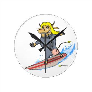 Vaca de la persona que practica surf reloj redondo mediano