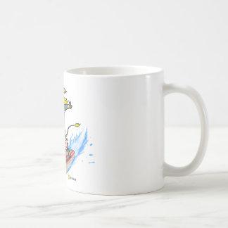 Vaca de la persona que practica surf taza de café