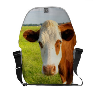 Vaca del frisio de la vista delantera bolsas messenger